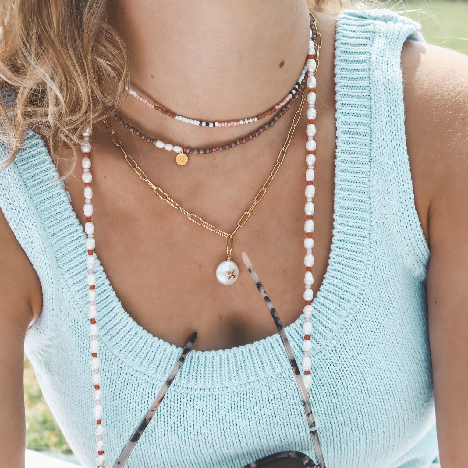 Fine jewelry: gold chain cross pearl