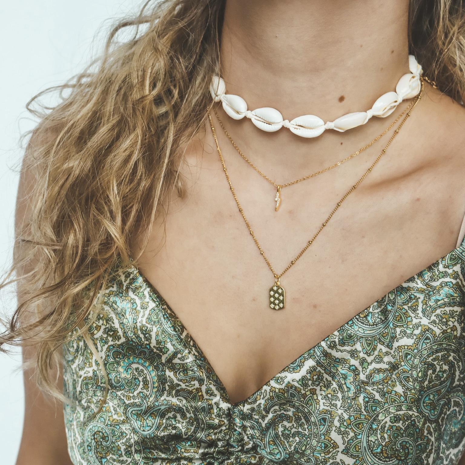 Fine jewelry: dainty stars tag gold