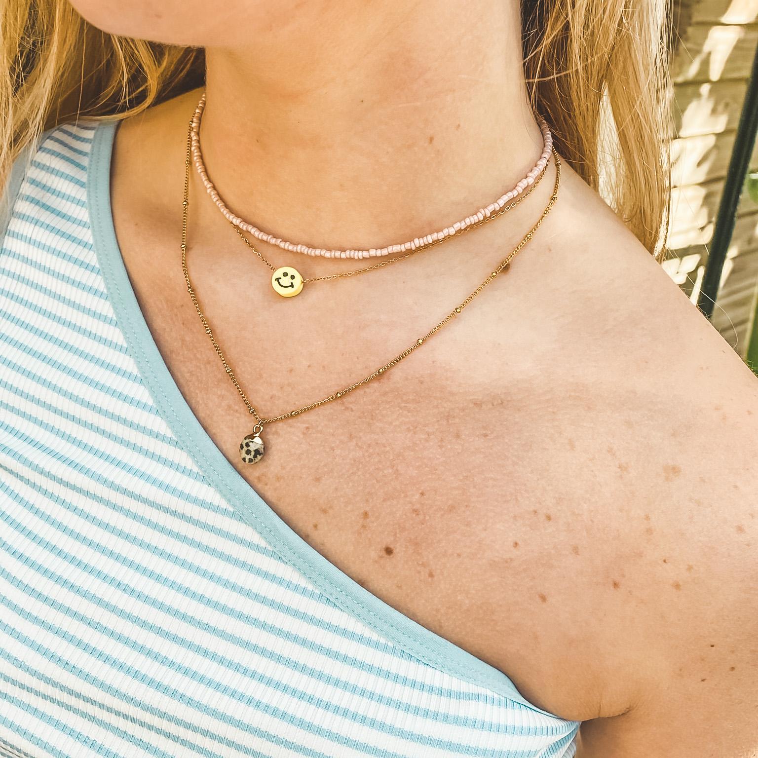 Fine jewelry: grey stone necklace gold